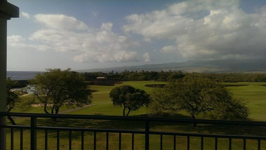 Fairmont Orchid, Hawaii : Getting a sliver of water view from almost at balcony