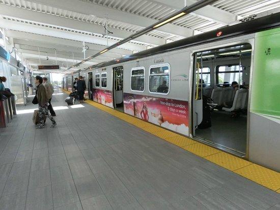 SkyTrain : バンクーバー空港駅