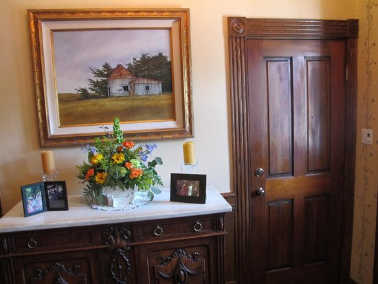Jamestown Hotel and Restaurant : Front desk