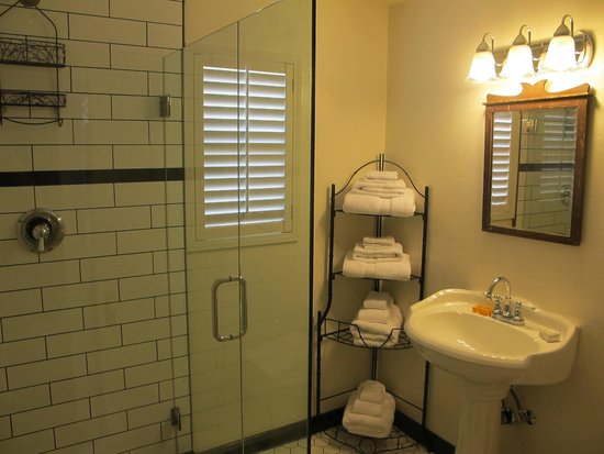 Jamestown Hotel and Restaurant : Room # 5 shower