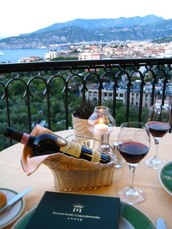 Grand Hotel Capodimonte: Candlelight dinning with a breathtaking view!