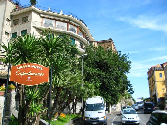 Grand Hotel Capodimonte: Hotel Entrance from street