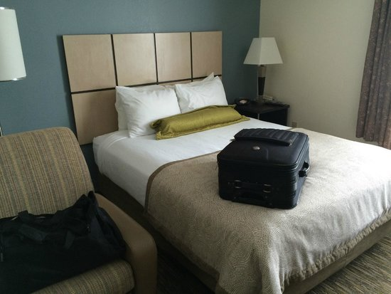 Candlewood Suites Jacksonville: Queen bed with comfy pillows and snuggly duvet