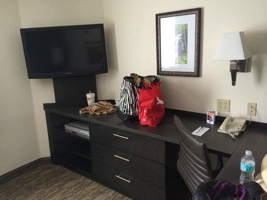 Candlewood Suites Jacksonville: TV/desk/drawers