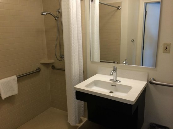 Candlewood Suites Jacksonville: Bathroom with lots of hot water and good strong shower
