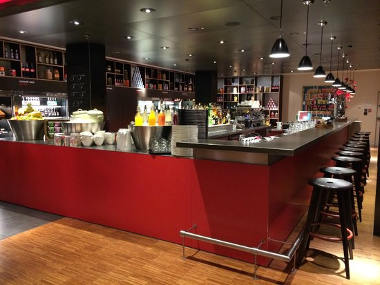 citizenM Glasgow: 24-hr cafe (breakfast setup)