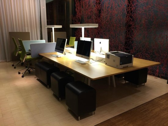 citizenM Glasgow: Workstation area