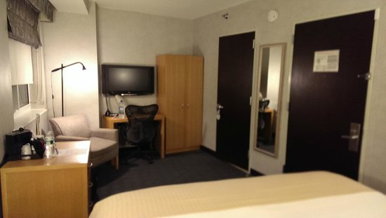 Holiday Inn New York City - Wall Street: King Executive Room Desk & Closet