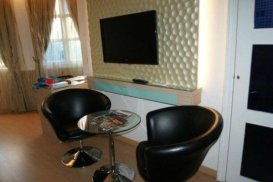 D-Villa Residence Hotel: Deluxe Room TV