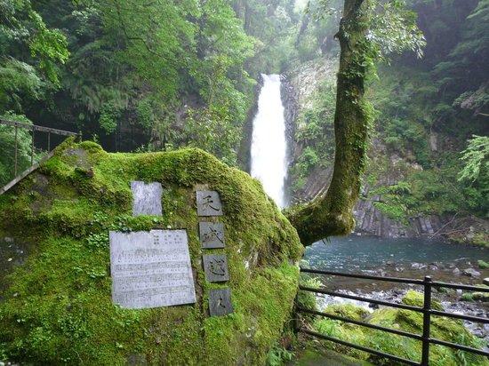 Joren Waterfall: 歌碑と滝