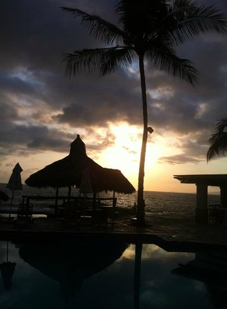 Villa Premiere Boutique Hotel & Romantic Getaway: The sunset illuminates the pool and beach.