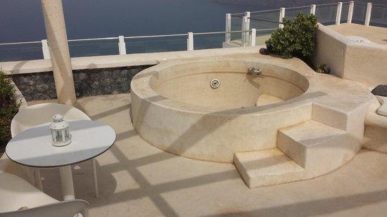 Rocabella Santorini Hotel & Spa: Outdoor Jacuzzi