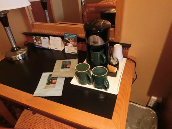 Howard Johnson Hotel Vancouver Downtown: コーヒーセット
