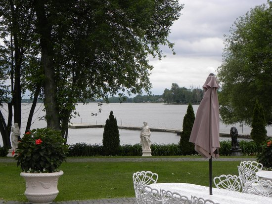 Chateau Vaudreuil : Water view