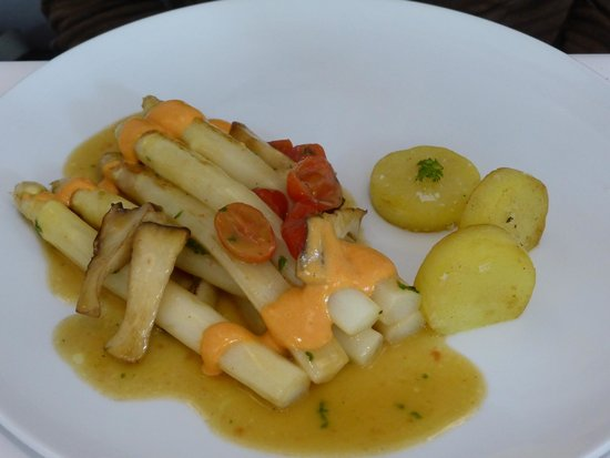 TIAN Experience Taste: Asparagus with tomato hollendaise
