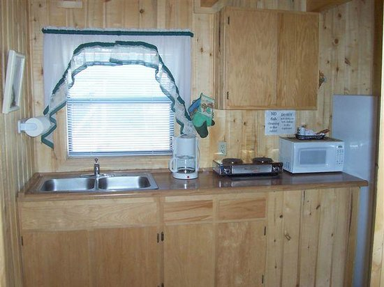 Blue Springs Lodge: Kitchen Window and Counter-Top