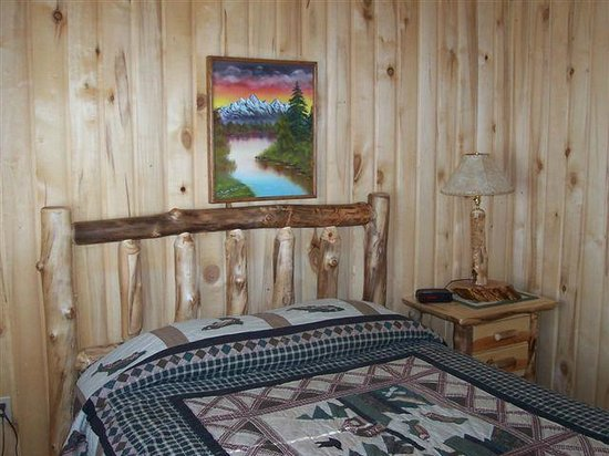 Blue Springs Lodge: Downstairs Bedroom