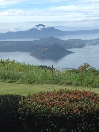 Taal Vista Hotel: View from the hotel grounds