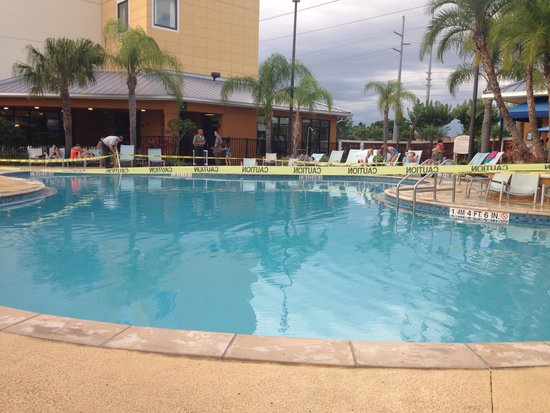 Fairfield Inn & Suites by Marriott Orlando at SeaWorld: Pool gesperrt-no crime scene-some kid vomited in the pool