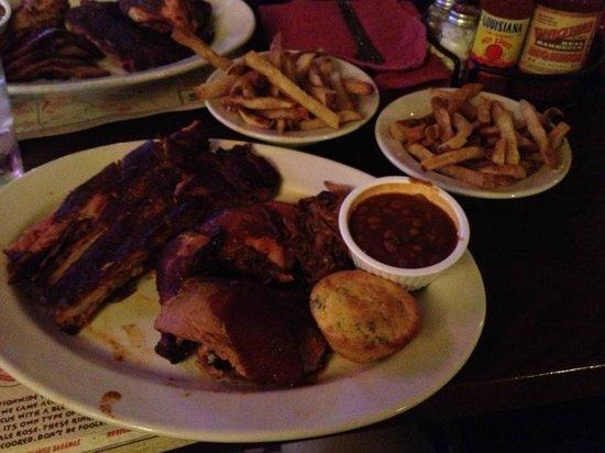 Virgil's Real Barbecue : Piatto Pig Out con fagioli e patatine fritte