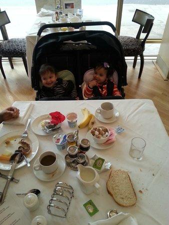 Kingsway Hall Hotel: Yael and Yoav are enjoying the breakfast