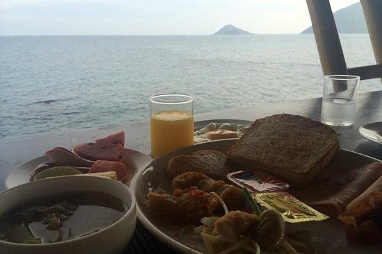Charm Churee Villa: อาหารเช้าพร้อมวิวทิวทัศน์ขอบทะเลโดยรอบ