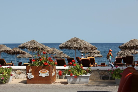 Aqua Beach Restaurant: Serviço de praia em Perissa