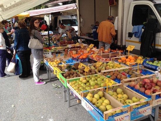 Grand Hotel Arenzano: Local market found behind the hotel...