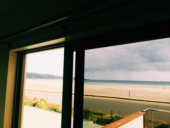 Ahipara Beachfront Accommodation : Ahipara Beach Front and to the left Shipwreck Bay