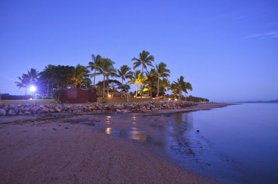 Hilton Fiji Beach Resort & Spa: Our hotel seen from one end of the beach