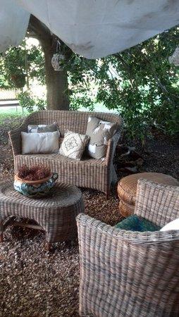 Agriturismo Bed&Breakfast Pedra de Mari: Salottino esterno, piccolo angolo di relax immerso nel verde