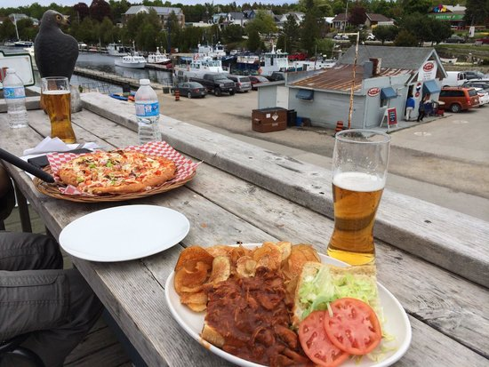 Crowsnest Pub: Food with view