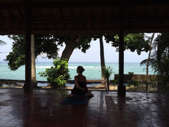 Gedong Gandhi Ashram: Yoga in front of the ocean