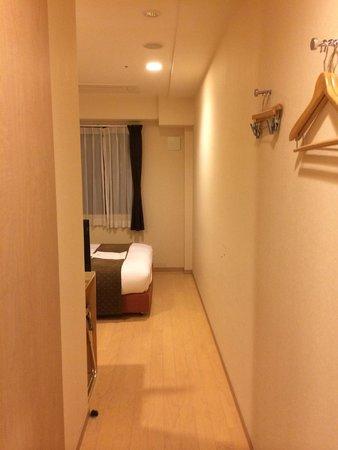 Arietta Hotel Osaka: 壁の突起物。これが唯一の洋服かけ