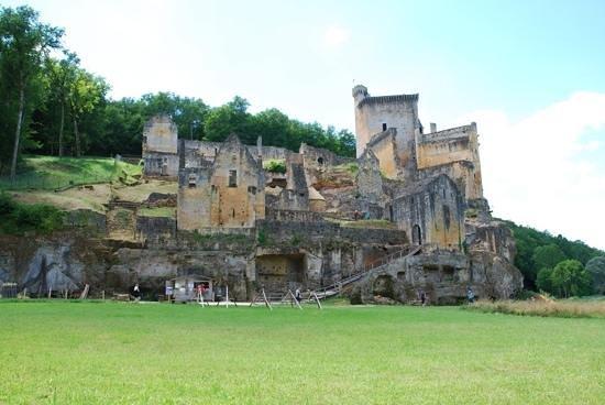 Chateau de Commarque: le chateau vu de la vallee de la Grande Beune.