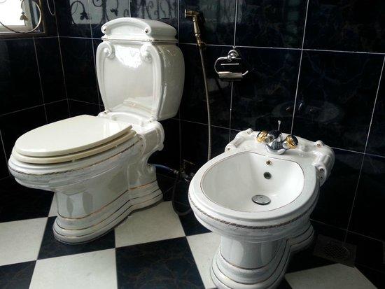 The Kahaani Malacca Hotel: The largest room's bathroom