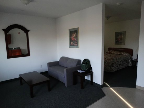 Ponderosa Motel: Sitting room area and bedroom to the right
