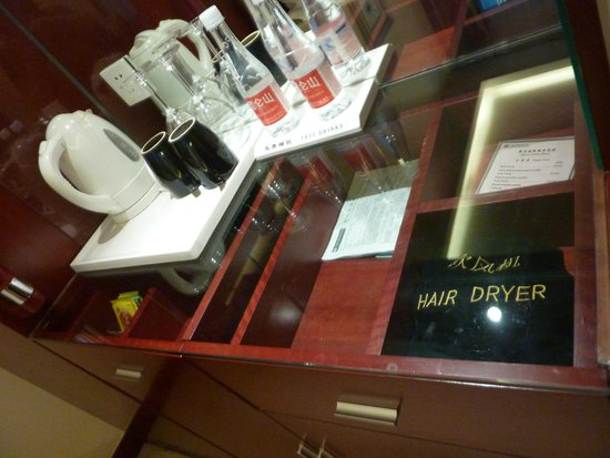 Shanghai Southern Airlines Pearl Hotel: The hair dryer, kettle and 2 free bottles of water