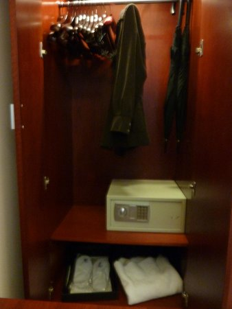 Shanghai Southern Airlines Pearl Hotel: Closet