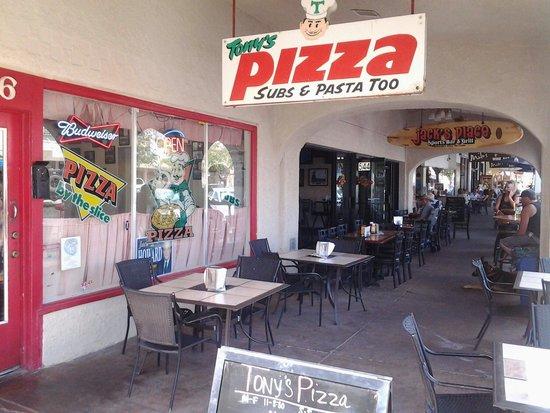 Tony's Pizza : Lively sidewalk atmosphere