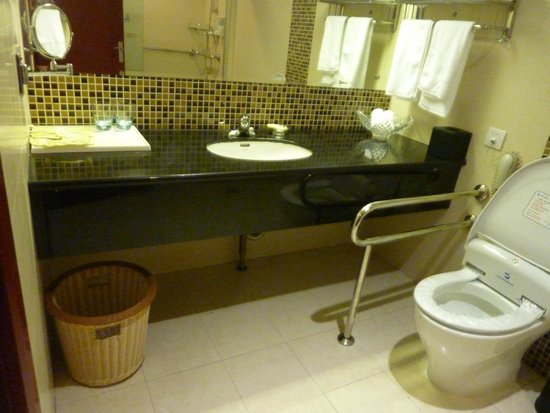 Shanghai Southern Airlines Pearl Hotel: Bathroom