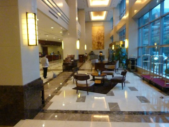 Shanghai Southern Airlines Pearl Hotel: The lobby in the evening