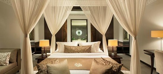 White Rose Kuta Resort, Villas & Spa: Bedroom overlooking bathroom at One Bedroom Pool Villa