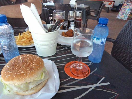 La Perla de La Habana: Hamburguesa y croquetas