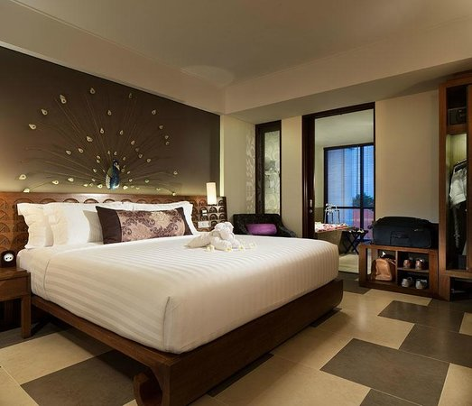 Sun Island Hotel & Spa Kuta: Suite Bedroom overlooking bathroom