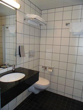 Thon Hotel Kirkenes: Spacious Bathroom
