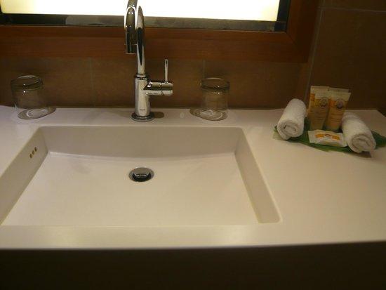 Pullman Paris La Defense: Bathroom sink