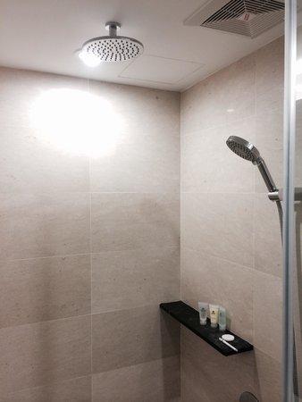Hatten Hotel Melaka: Rain shower