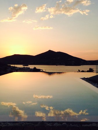 Senia Hotel: The pool at sunset