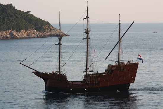 Hotel Excelsior Dubrovnik: lots of ships to watch